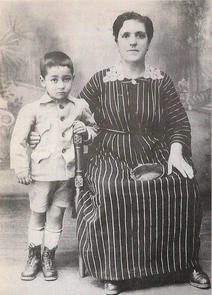 Miguel Gila con su abuela Manuela Reyes