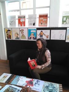 Estrella Caso en la exposición del centenario de Miguel Gila en Santander con el Libro de Gila - Marzo 2019