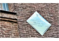 Colocación de una placa en homenaje a Miguel Gila, en su casa de Zurbano del barrio Chamberí en la que vivió